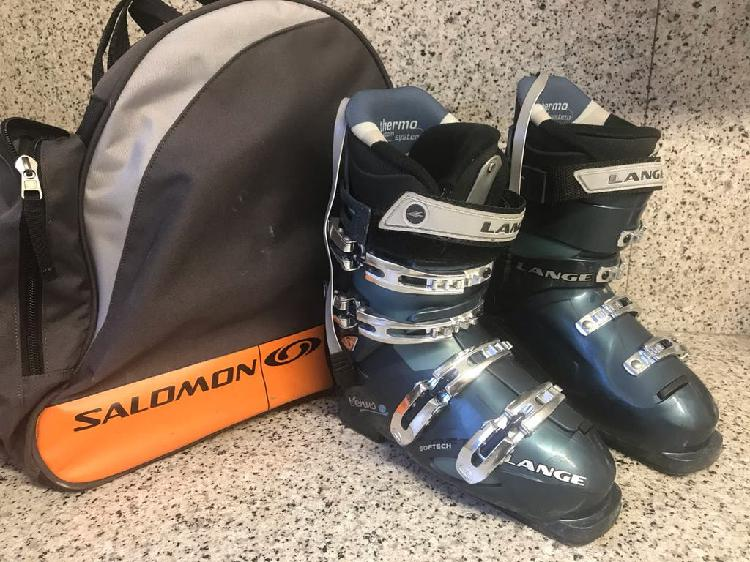 Botas esqui alpino y bolsa.