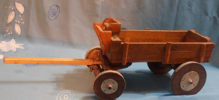 Carro de madera, antiguo de cuatro ruedas