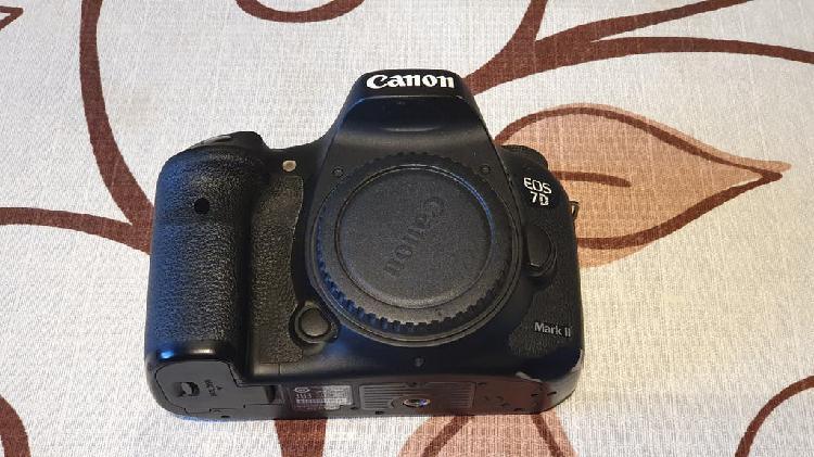 Cámara canon 7d mark ii (con 3 baterías)