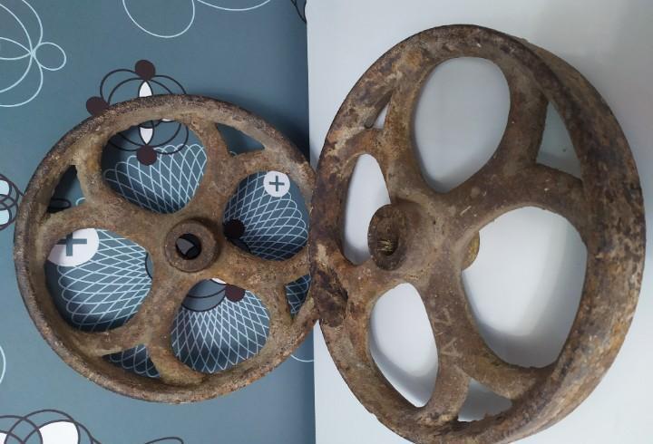 Dos ruedas de hierro fundido de maquinaria agrícola