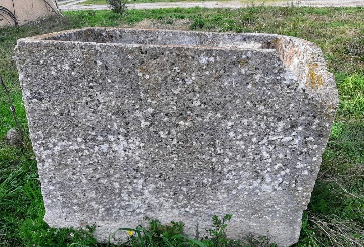Pilón o gran pila antigua de piedra granito