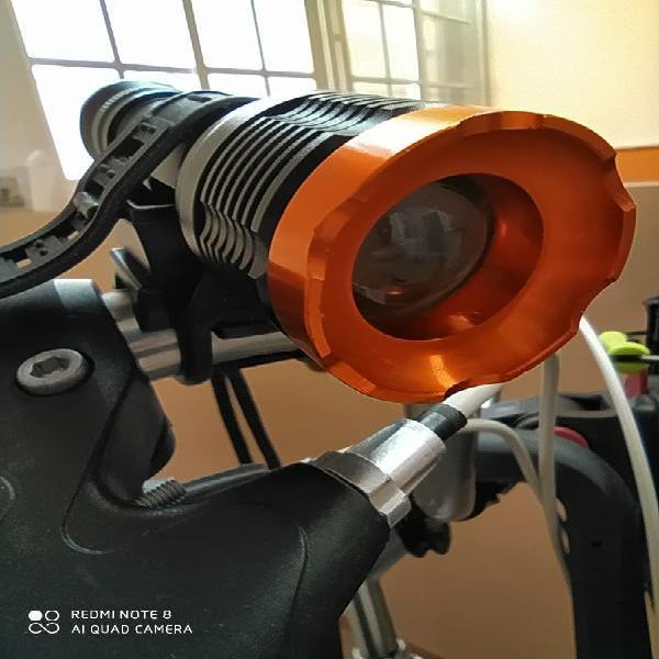 Potente linterna faro led de 1800 lumen.