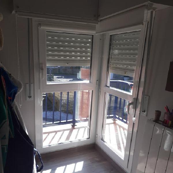 Puerta acristalada y ventana en esquina