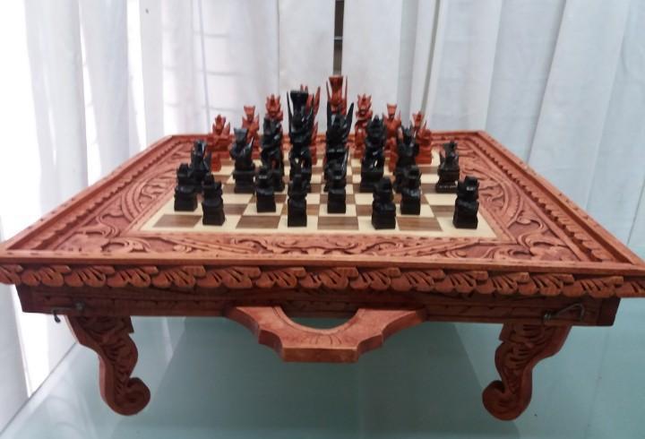Ajedrez - backgammon y tablero madera tallado. nuevo