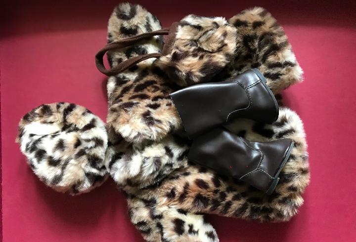 Conjunto abrigo, gorro, bolso, botas de nancy famosa quirón
