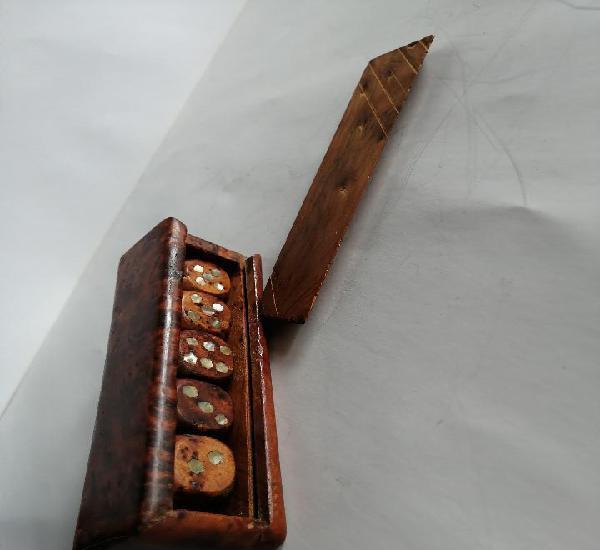 Juego de dados en madera de raíz y nácar