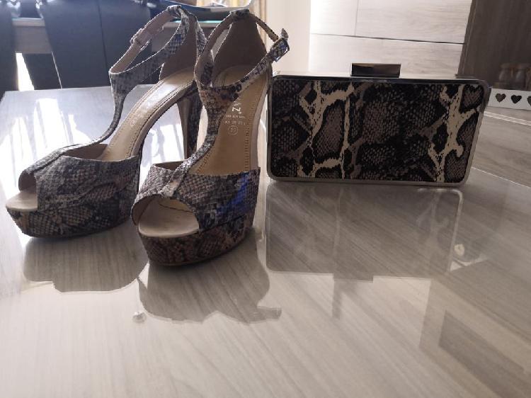 Sandalias de tacón y bolso efecto serpiente