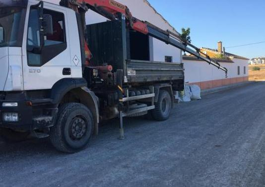 Camión iveco con grua