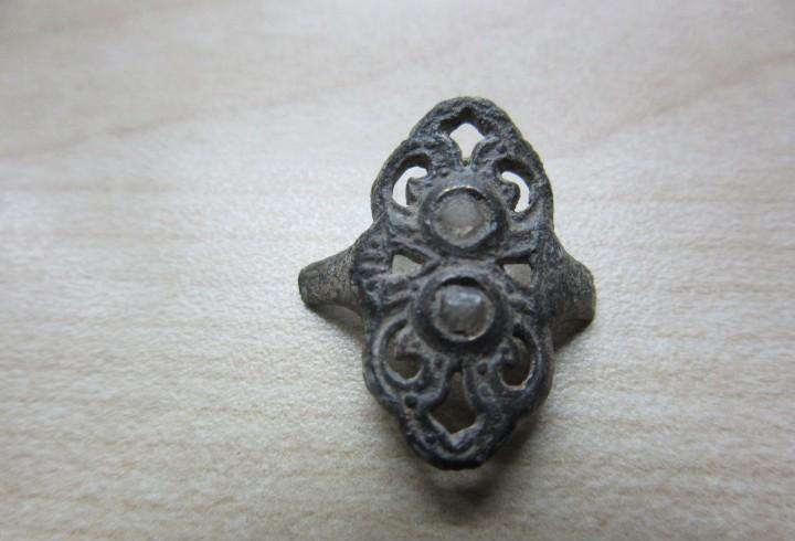 Parte central de anillo conserva 2 piedras o cristales