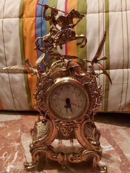 Reloj decorativo de bronce,quartz,jinete a caballo