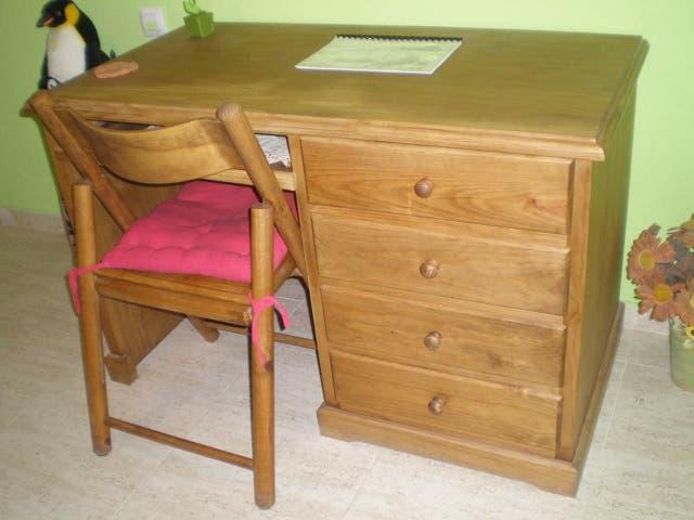 Escritorio de madera maciza sin uso