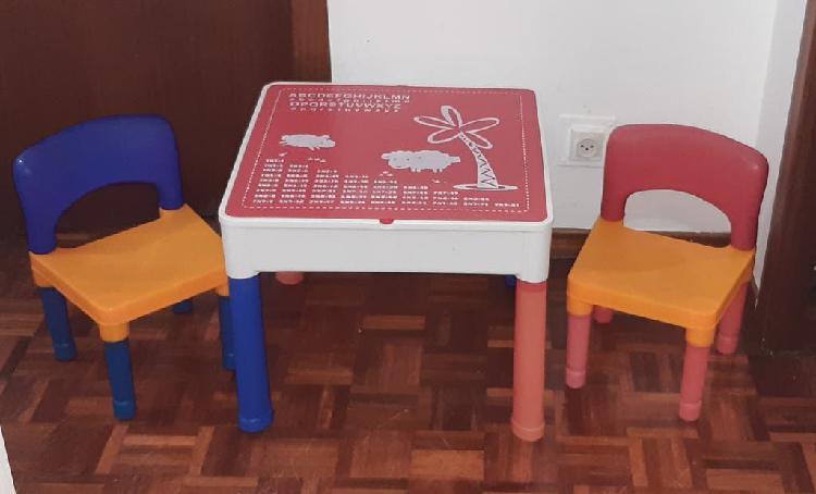 Mesa de estudio y juegos y 2 sillas para niños