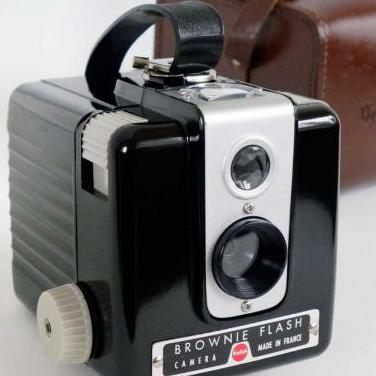 Camara brownie flash. france 1949. funda original.