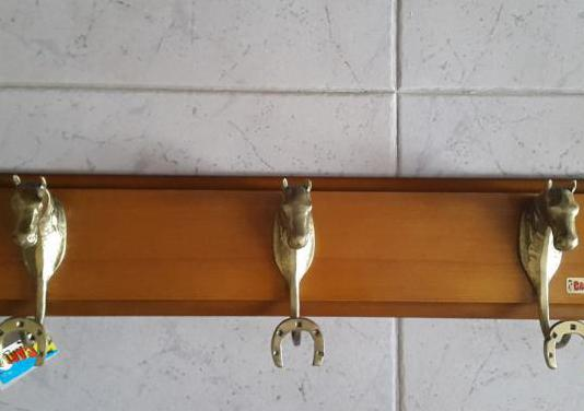 Perchero en madera con colgadores en bronce
