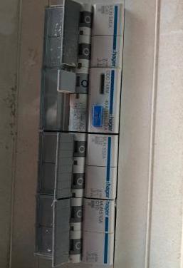 Caja con diferentes termomagneticos con apenas uso