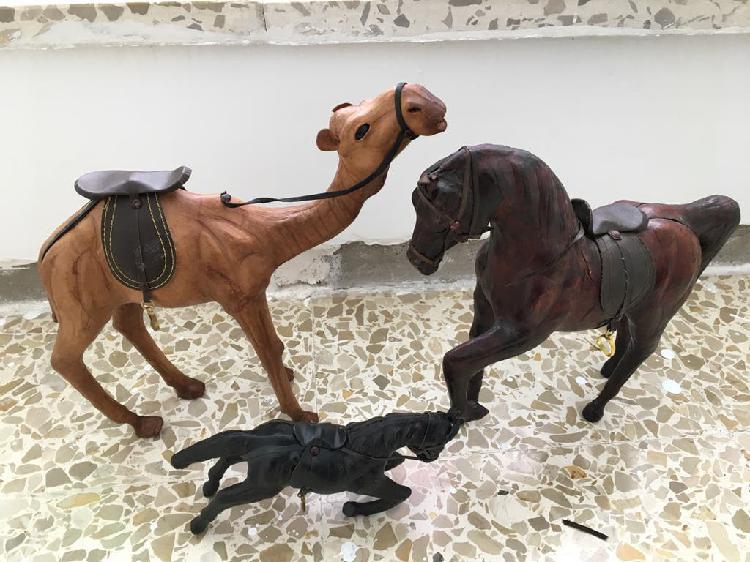 2 caballos cartón piedra y 1 camello