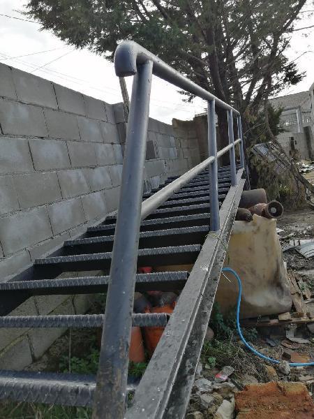 Escalera exterior metalica