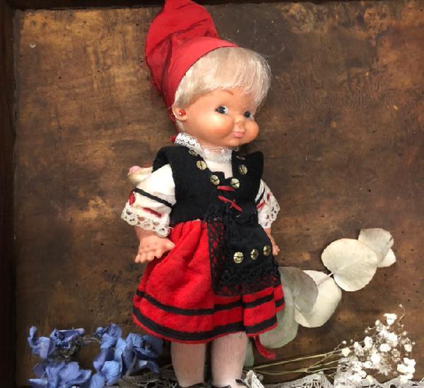 Antigua muñeca con bebé. con traje tradicional regional