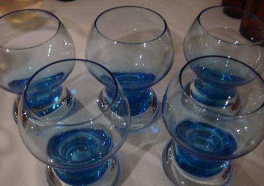Bonitos 5 vasos vintage, cristal azulado.