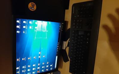 Ordenador lenovo con pantalla, raton y teclado