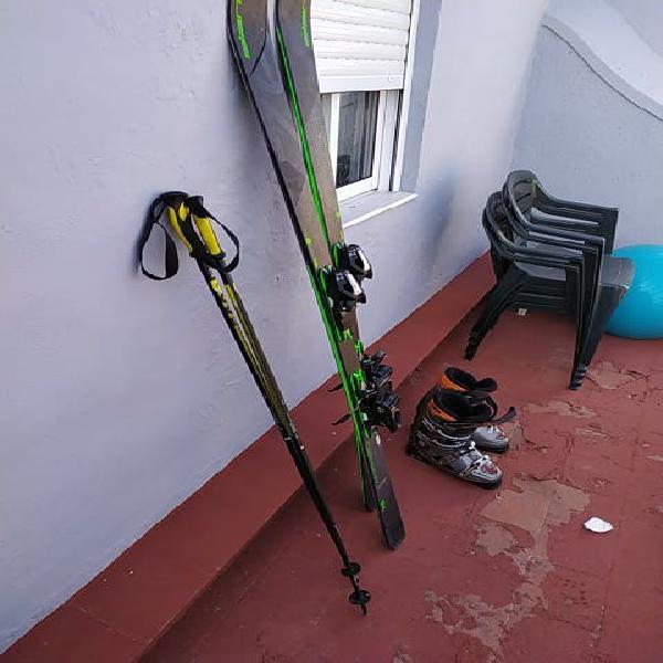 Esquís, bastones, y botas