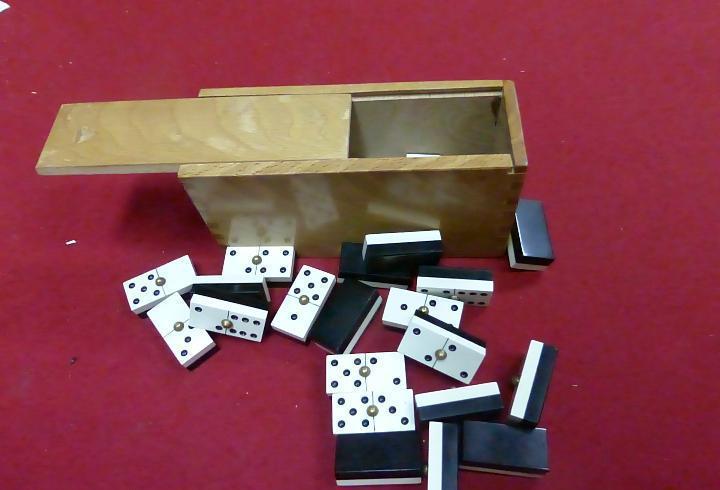 Antiguo juego de domino profesional en su caja de madera -