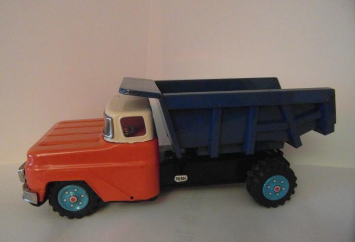Camion volquete nomura vintage de metal con caja original.