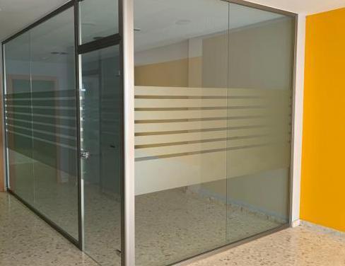 Mampara de oficina y puerta