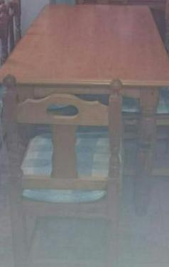 Salón comedor con mesa y 6 sillas.