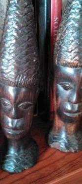 Dos caras talladas en ebano, hombre y mujer