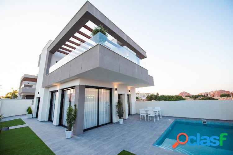 Villa de lujo con grandes terrazas piscina privada y entrada de coche