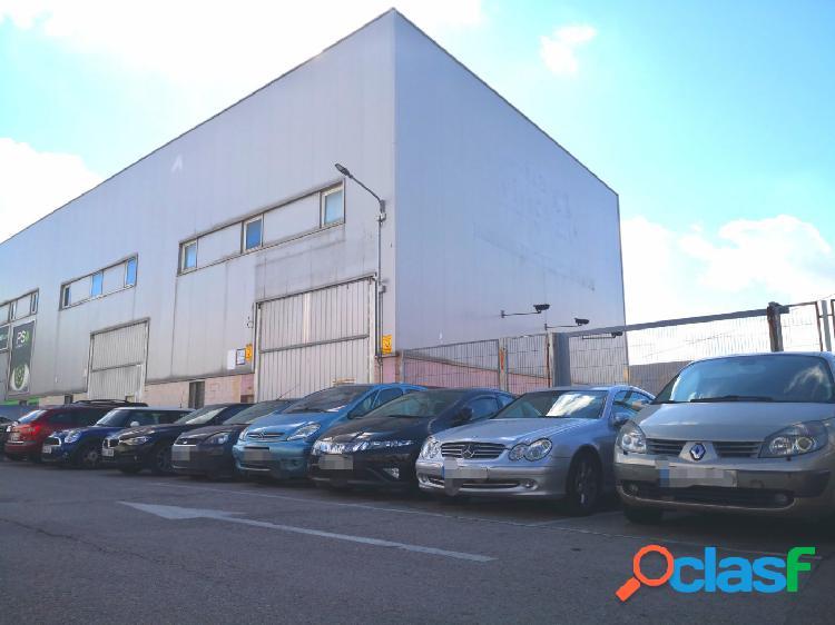 Nave industrial de esquina con 260 m2 de patio