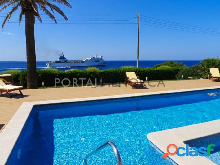 Espectacular casa con piscina en primera linea de mar frente al puerto de Ciutadella