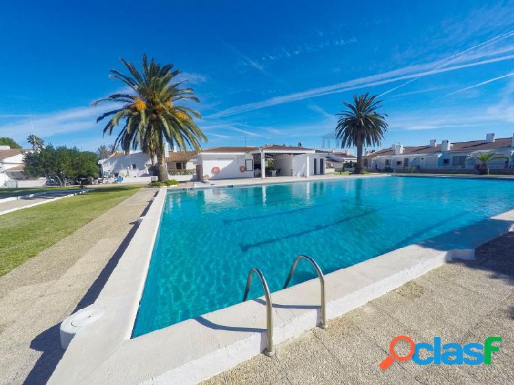 Adosada con gran piscina comunitaria