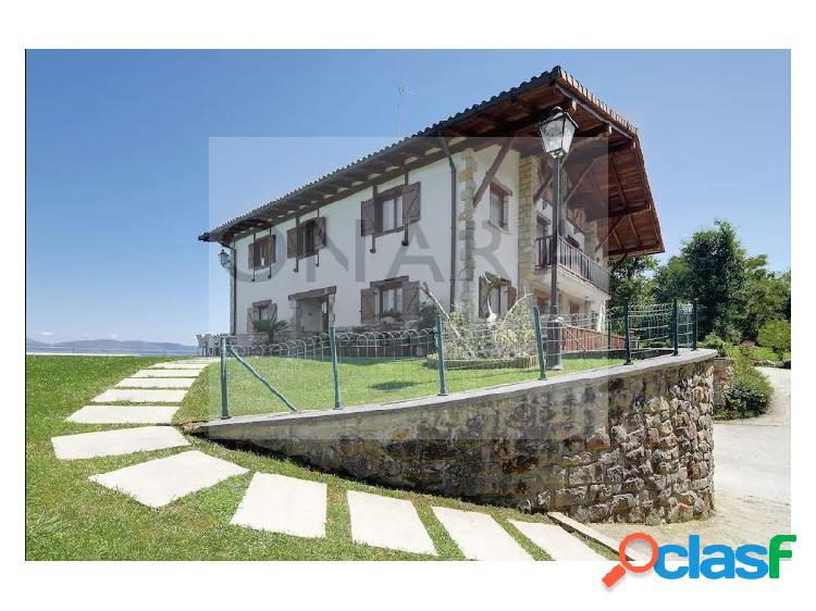 Exclusiva casa con piscina privada en hondarribia, 7000 m2 de terreno y las mas impresionantes vistas a la bahia de txingudi y la costa vasca.
