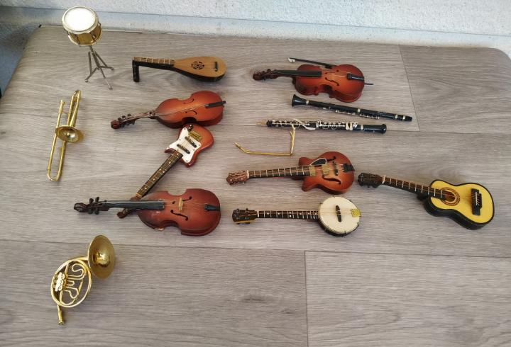 Lote de instrumentos en miniatura