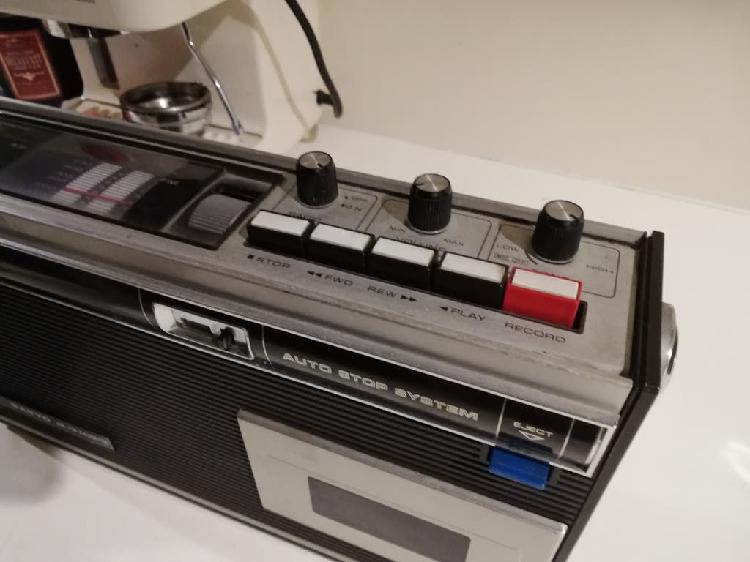 Precioso y antiguo radio cassette portátil, sanyo