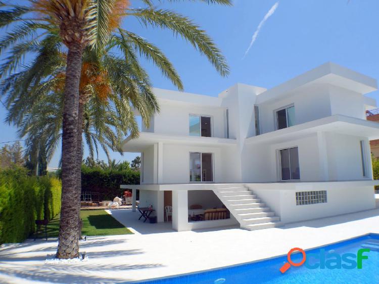 Exclusiva villa unifamiliar con personal diseño, esta ubicada en zona rincon de loix.