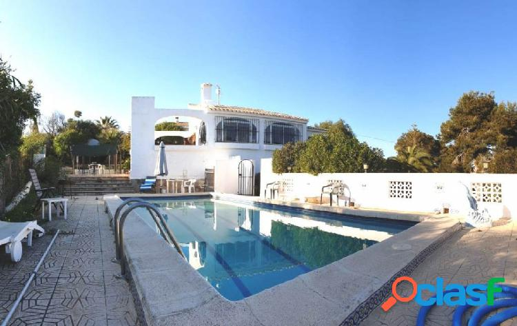 Chalet independiente con piscina privada en las filipinas, orihuela costa.
