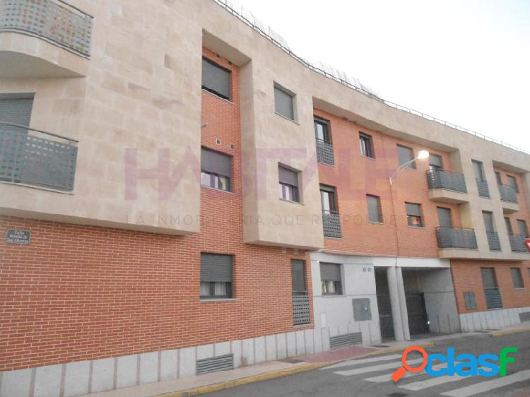 Venta de piso de 2 dormitorios, salón, cocina, baño y plaza de garaje en castellanos de moriscos.