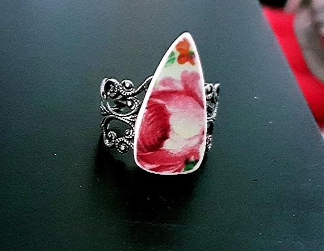 Anillo con rosa de porcelana antigua y base de filigrana