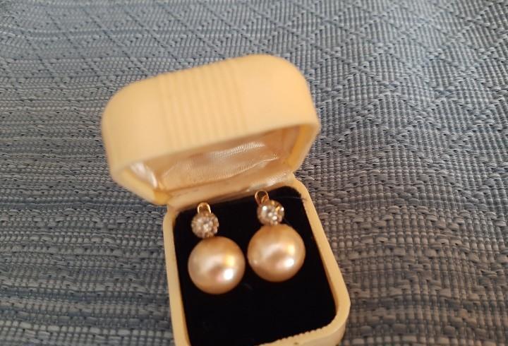 Clásicos y bonitos pendientes oro y perlas japonesas.