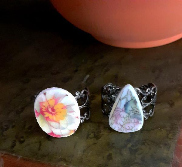 Dos anillos de porcelana antigua floral con base ajustable