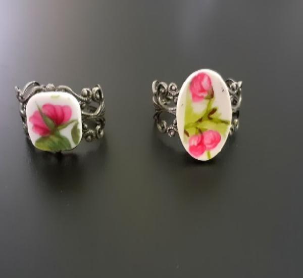 Dos anillos de porcelana antigua flores rosas con base