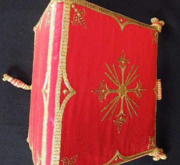 Carpeta de corporales confeccionada en raso de seda bordada