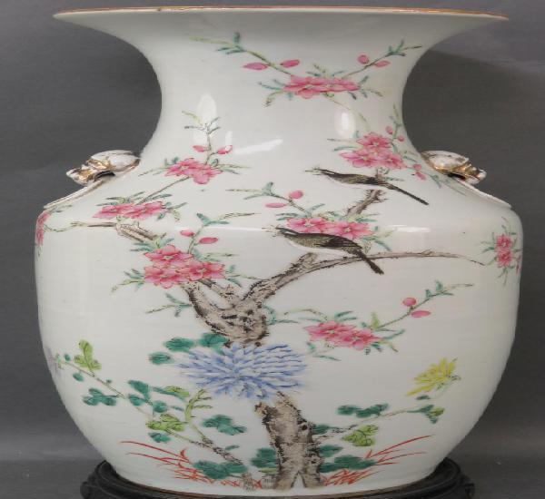 Jarrón en porcelana blanca china pintada con motivos