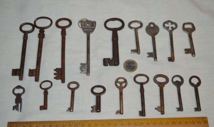 Lote 02 -- compuesto por 18 llaves variadas antiguas -