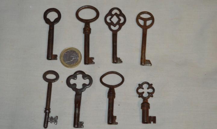Lote 04 -- compuesto por 8 llaves variadas antiguas -