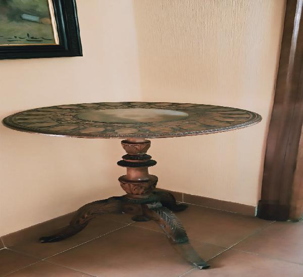 Mesa velador tallada pintada a mano