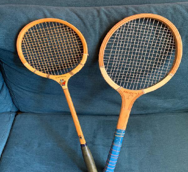 Dos antiguas raquetas de madera, tenis y badminton.